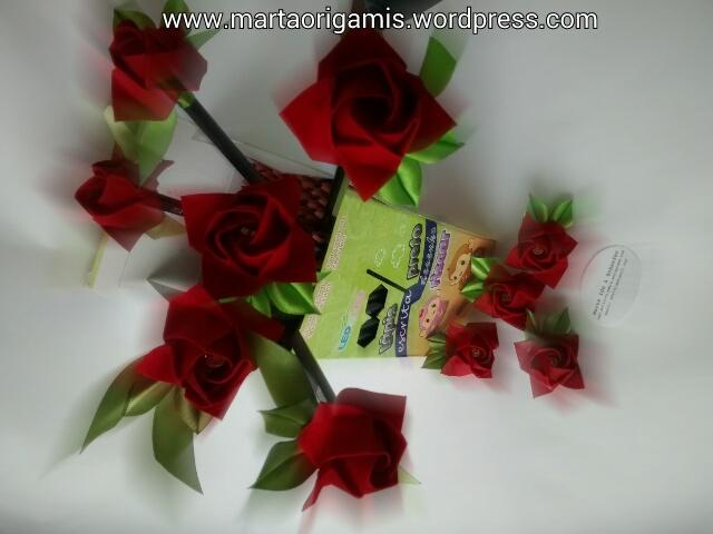 Lápis com ponteiras de rosas vermelhas em tecido, à partir de 10 reais.